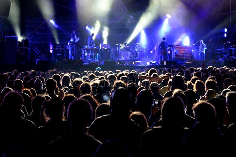 Apriete (fans) mirando un concierto en el festival 2014 del sonido de Heineken Primavera fotografía de archivo