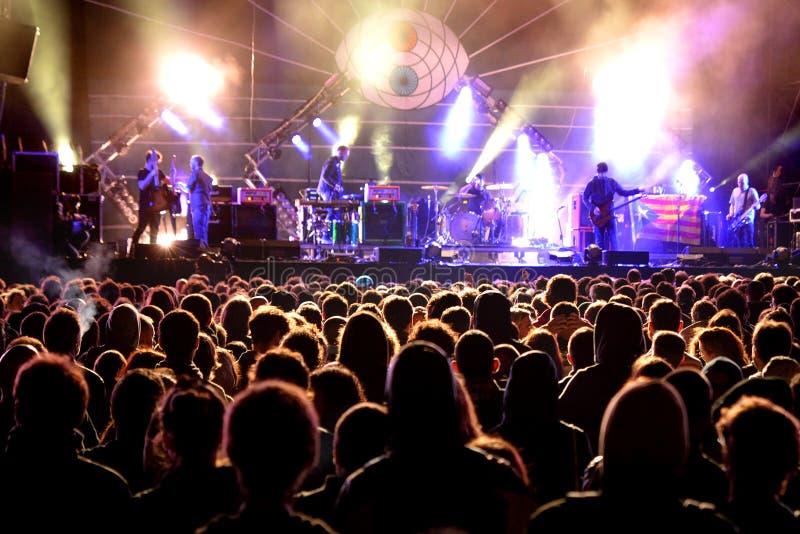 Apriete (fans) mirando un concierto en el festival 2014 del sonido de Heineken Primavera imagen de archivo libre de regalías
