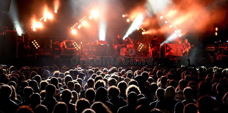 Apriete (fans) mirando un concierto en el sonido 2014 de Heineken Primavera fotografía de archivo