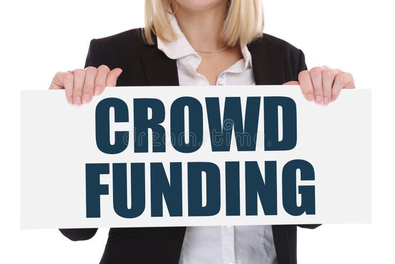 Apriete la financiación crowdfunding recogiendo la inversión en línea del dinero adentro fotografía de archivo libre de regalías