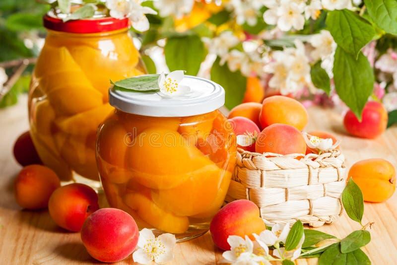 Aprikos- och persikasylter fotografering för bildbyråer
