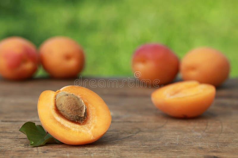 Aprikosen auf einer hölzernen Tabelle lizenzfreie stockfotos