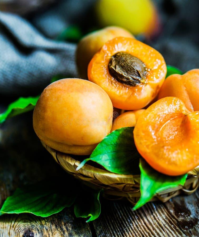Aprikosen auf rustikalem hölzernem Hintergrund stockbilder