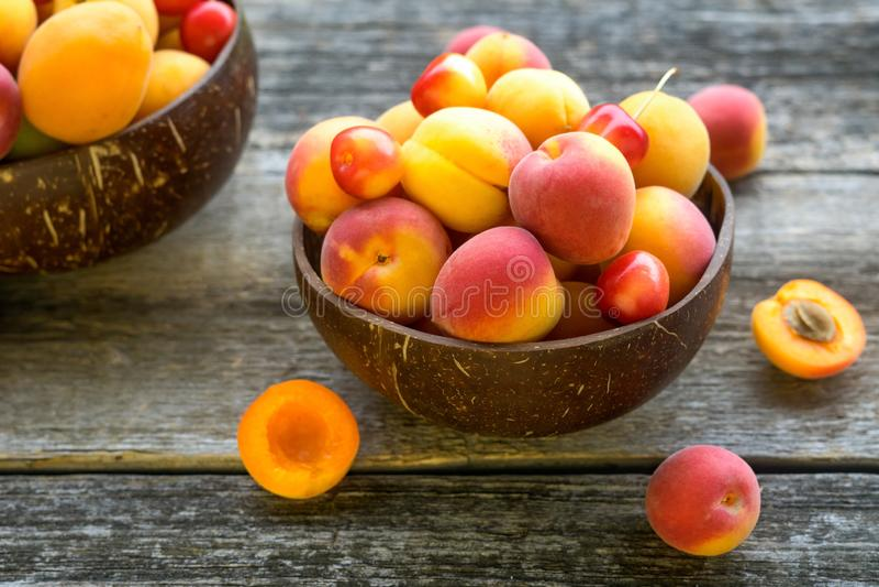 Aprikosen in der Schüssel auf Holztisch stockfotografie