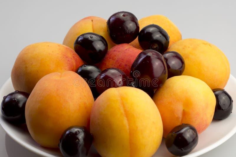 Aprikosen und Kirschen lizenzfreie stockbilder