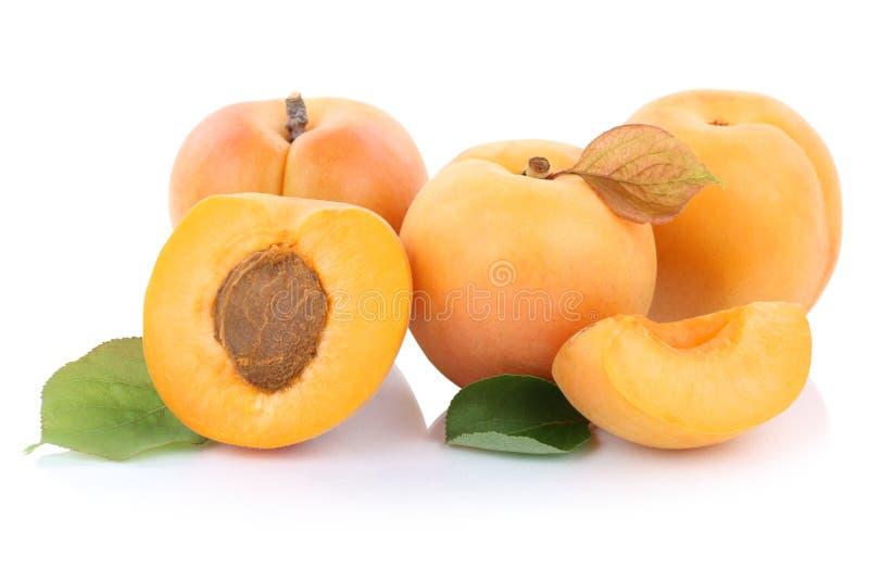 Aprikosenaprikosen schneiden die frischen Früchte der halben Frucht, die auf Weiß lokalisiert werden lizenzfreie stockbilder