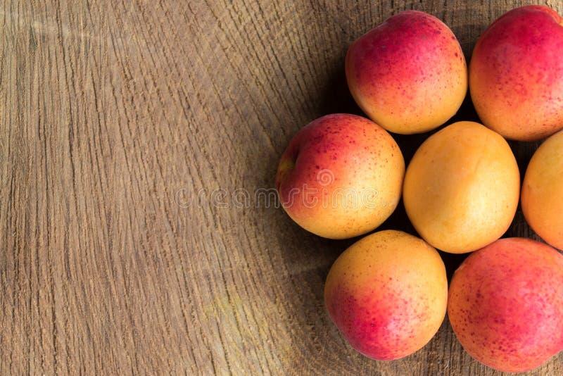 Aprikosenfrucht Frische Aprikosen auf einem hölzernen Hintergrund Abschluss oben stockbild