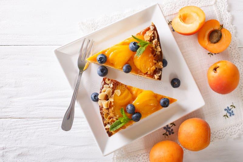 Aprikosenkäsekuchen mit Blaubeernahaufnahme auf einer Platte horizonta stockbild