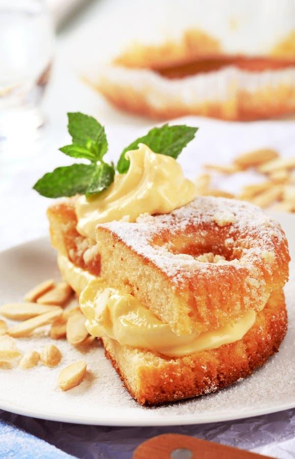 Aprikosenkuchen mit Puddingsahne lizenzfreie stockfotos