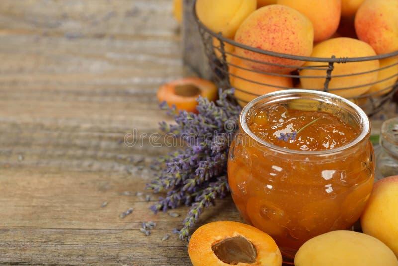 Aprikosenmarmelade mit Lavendel stockfotos