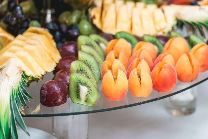 Aprikosenpflaumen Ananas und Kiwi stockbilder