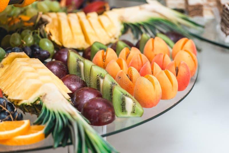 Aprikosenpflaumen Ananas und Kiwi lizenzfreie stockfotos