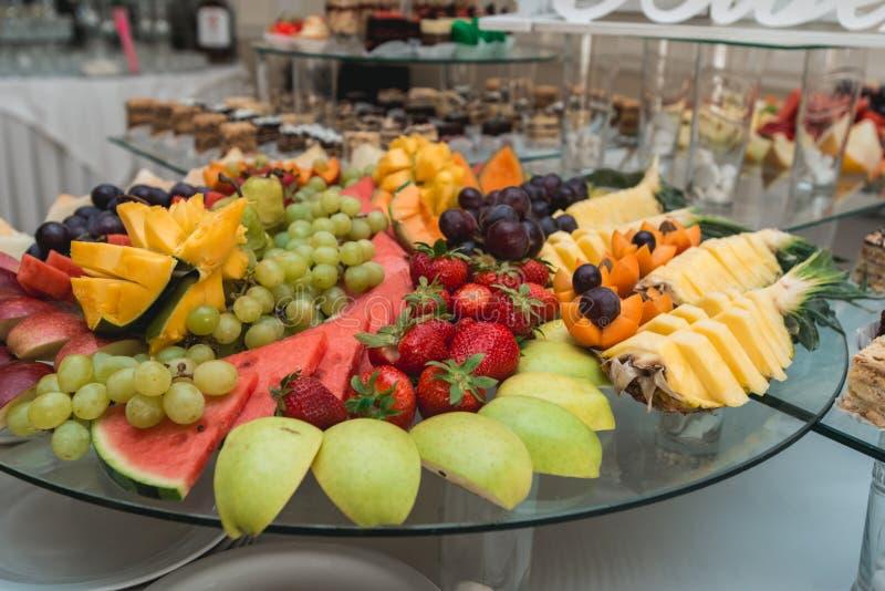 Aprikosenpflaumen Ananas und Kiwi lizenzfreie stockfotografie