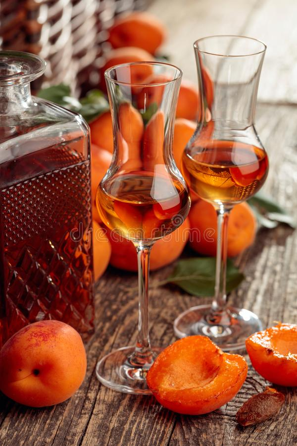 Aprikosstarksprit och nya aprikors på en gammal trätabell royaltyfria bilder