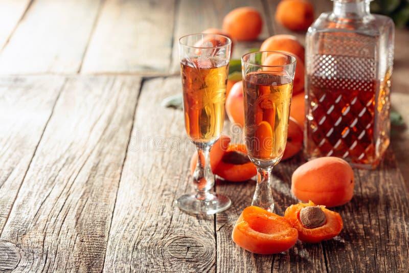 Aprikosstarksprit och nya aprikors på en gammal trätabell arkivbild