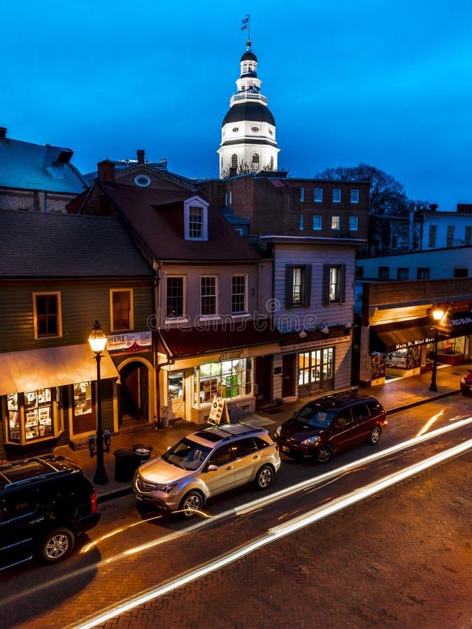 APRIL 9, 2018 - ANNAPOLIS MARYLAND - Maryland den statliga Kapitolium ses på skymning ovanför Main Street Historiskt md arkivfoto
