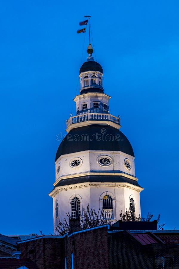 9 APRIL, 2018 - ANNAPOLIS MARYLAND - het Capitool van de Staat van Maryland wordt gezien bij schemer boven Main Street Chesapeake stock foto