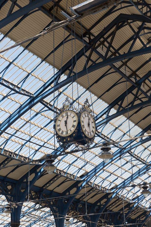 April 2015 - Brighton, England: Trainstation in Brighton, welches oben das Dach und die Uhr schaut lizenzfreie stockbilder