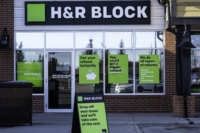 April 20 2020 - Calgary, Alberta Canada - HR Block office öppna för skatteförberedelser arkivbild