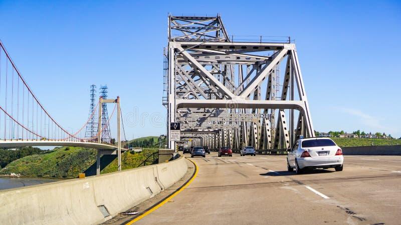 April 22, 2019 Crockett/CA/de V.S. die - op de Carquinez-Brug drijven en tolplein, 80 Tusen staten, het Noorden San naderen stock afbeelding