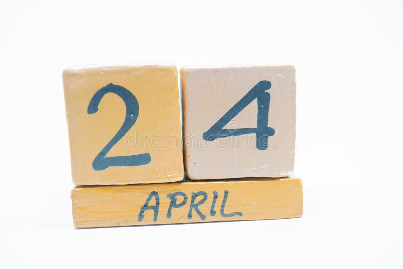 24 april Dag 24 van maand, met de hand gemaakte houten die kalender op witte achtergrond wordt geïsoleerd de lentemaand, dag van  royalty-vrije stock fotografie