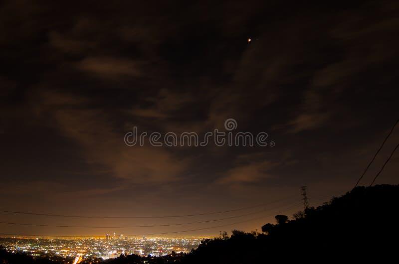 14 april, 2014 (4/14/2014) - de Totale Maanverduistering van de Bloedmaan over Los Angeles Van de binnenstad, Californië stock fotografie