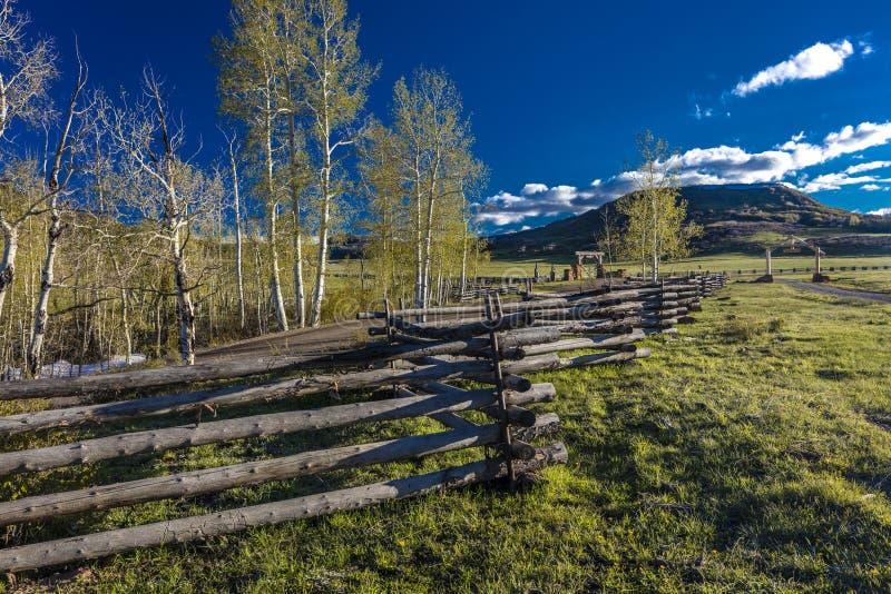 APRIL 27, 2017 - dichtbij Ridgway en Telluride Colorado - een Spooromheining en San Juan Mountains, Berg, Fotografie stock afbeeldingen