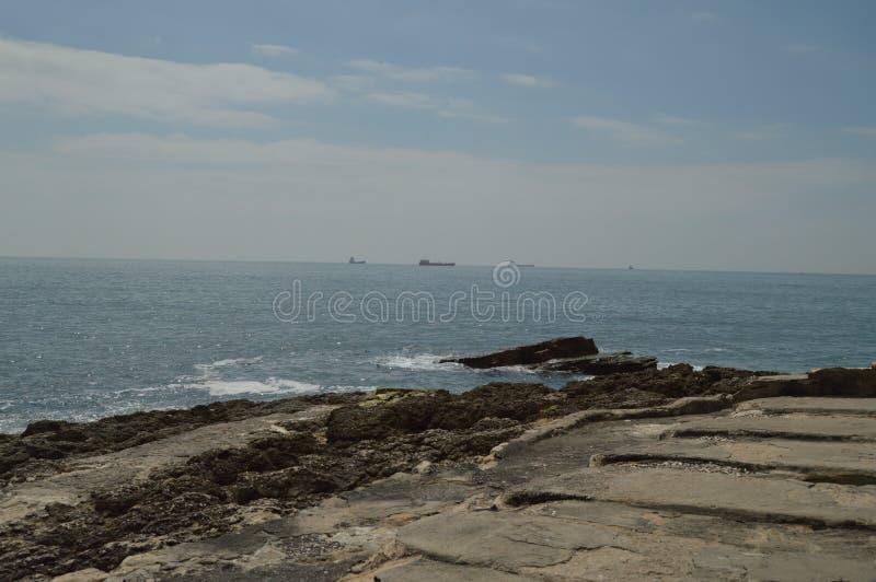 April 15, 2014 Estoril Cascais, Sintra, Lissabon, Portugal Vaggar fr?n var att besk?da Atlanticet Ocean p? kusten av arkivbild