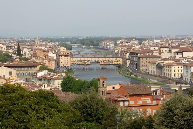 April 22 2019, Florence, Italien: sikt av Florence med River Arno och Ponte Vecchio den gamla bron med kopieringsutrymme för din  royaltyfri foto