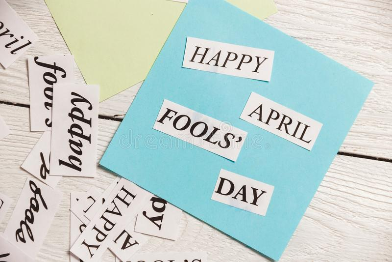 April Fools Day gedrukte uitdrukking op houten achtergrond stock afbeeldingen