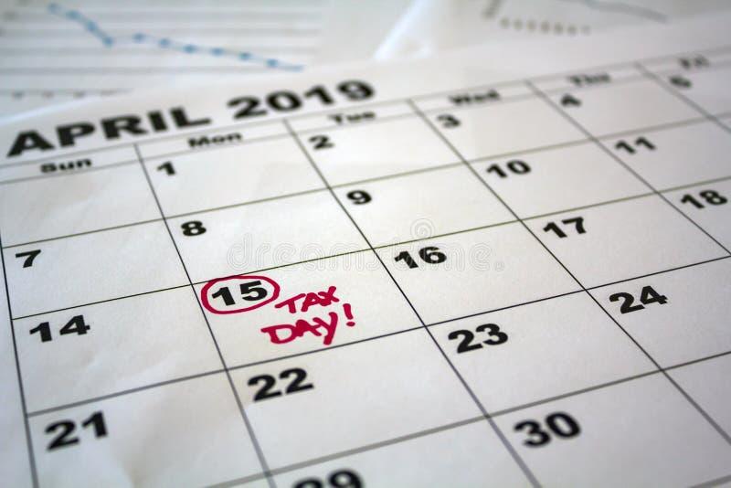 April 2013kalender mit Vergr??erungsglas auf einem wei?en Hintergrund stockfotos
