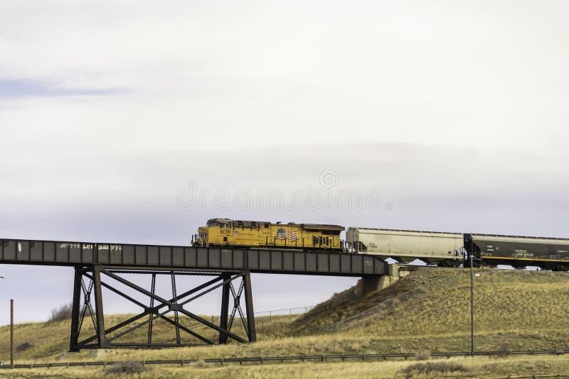 7 april 2019 - Lethbridge, Alberta Canada - Canadese Vreedzame Spoorwegtrein die de Brug kruisen Op hoog niveau royalty-vrije stock foto's