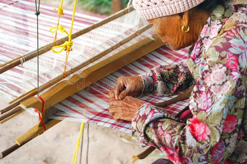 April 07, 2018 - Mahasarakham landskap, THAILAND: Gammal thailändsk wom royaltyfri bild