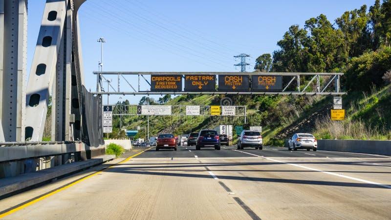 April 22, 2019 Martinez/CA/USA - Fastrak för information om beteckning för trafikgränder eller/och kassa för avgiftplazaen för arkivfoto