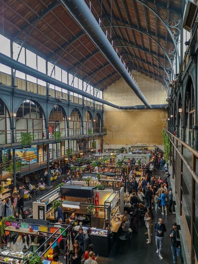 April 2019 - Mechelen, Belgi?: Het onlangs geopende Smaakmarkt-voedsel markt in oude Vleeshalle in het stadscentrum van Mechelen royalty-vrije stock foto's
