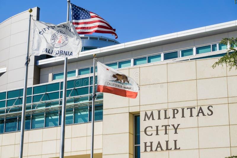 30 april, 2017 Milpitas/CA/USA - de Stad Hall Building op een zonnige de lentedag; de Stad van Milpitas, de V.S. en de Staat van stock afbeelding