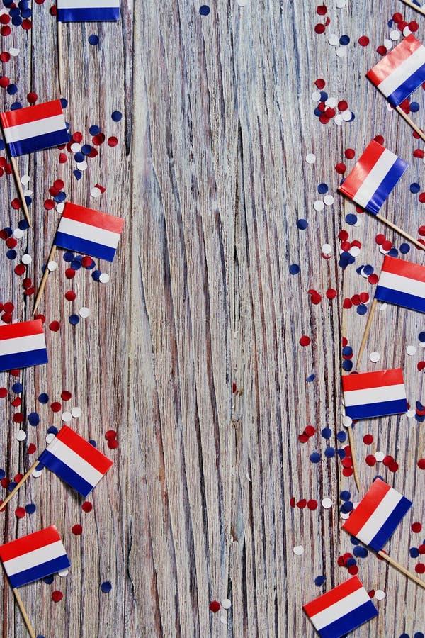30. April Miniflaggen mit Papierkonfettilüge auf den Rändern des hölzernen Hintergrundes Das Konzept des Unabhängigkeitstags von stockbild