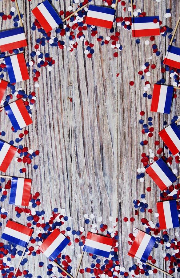 30. April Miniflaggen mit Papierkonfettis Das Konzept des niederländischen Unabhängigkeitstags und des Nationaltags der Niederlan lizenzfreie stockfotografie