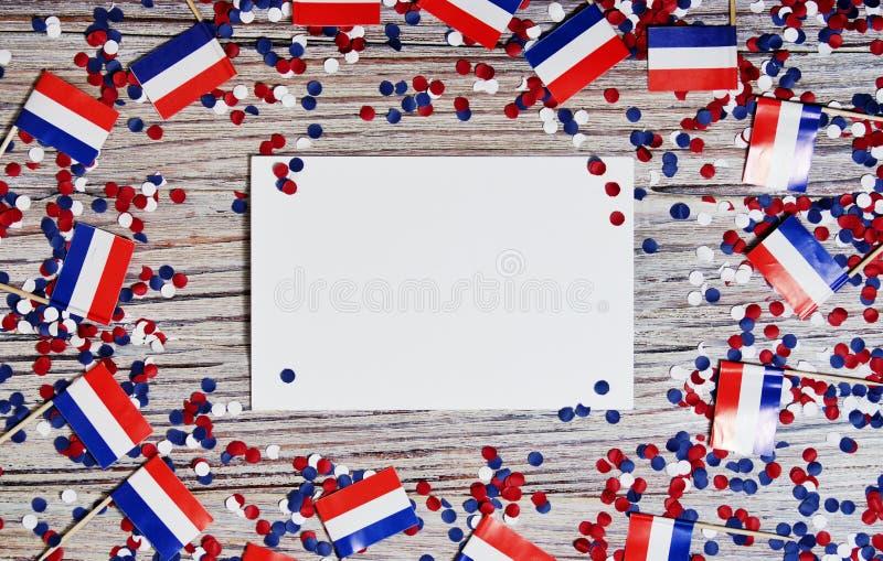 30. April Miniflaggen mit Papierkonfettis und Blättern des Weißbuches Das Konzept des niederländischen Unabhängigkeitstags und de lizenzfreie stockbilder