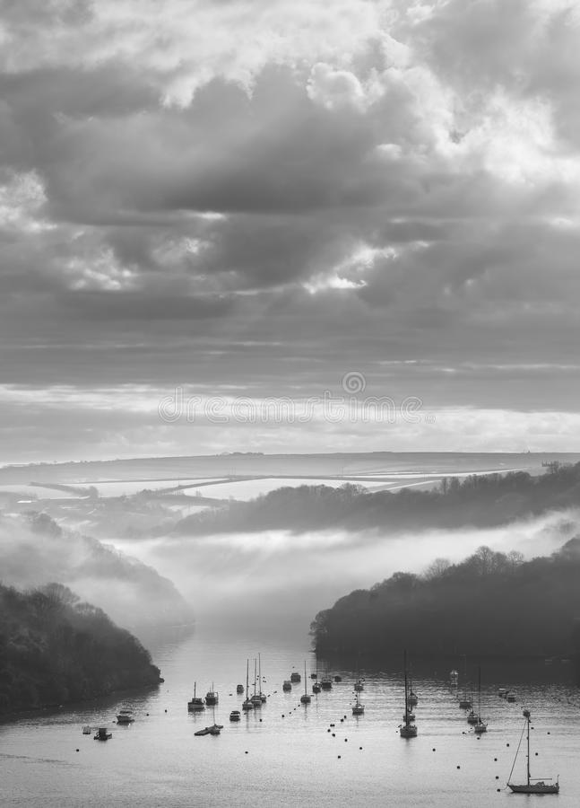 April Mist över den Fowey breda flodmynningen, SouthCornwall royaltyfria foton
