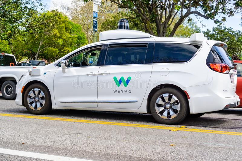 April 6, 2019 Mountain View/CA/USA - Waymo själv som kör bilen som utför prov på en gata nära Google högkvarter, silikoner arkivbilder
