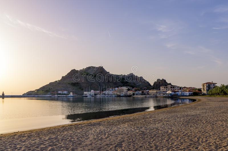 26 april 2019 - Myrina, Lemnos-eiland, Griekenland - Avondkleuren over de schilderachtige haven van Myrina, het kapitaal van Lemn royalty-vrije stock afbeeldingen