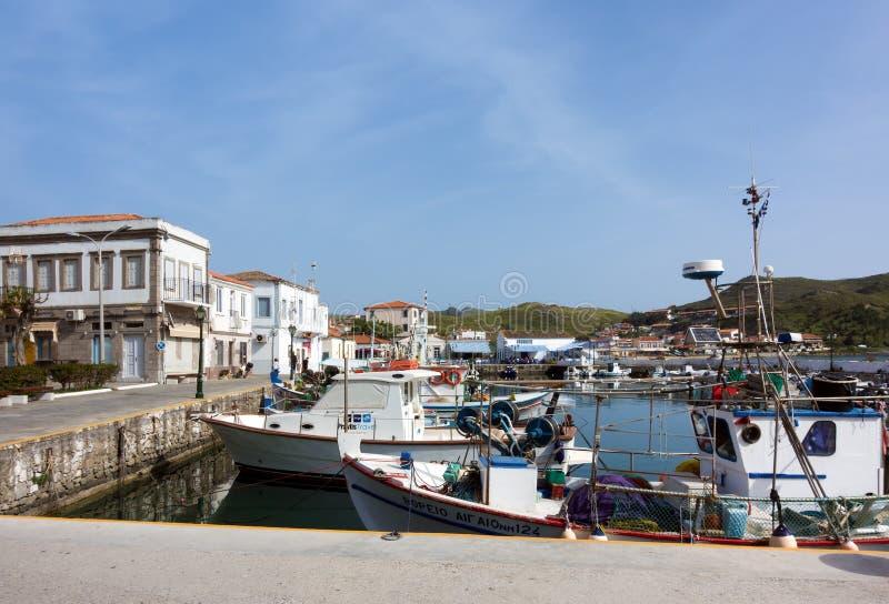 26 april 2019 - Myrina, Lemnos-eiland, Griekenland - bekijkt aan de schilderachtige haven van Myrina, het kapitaal van Lemnos-eil stock foto