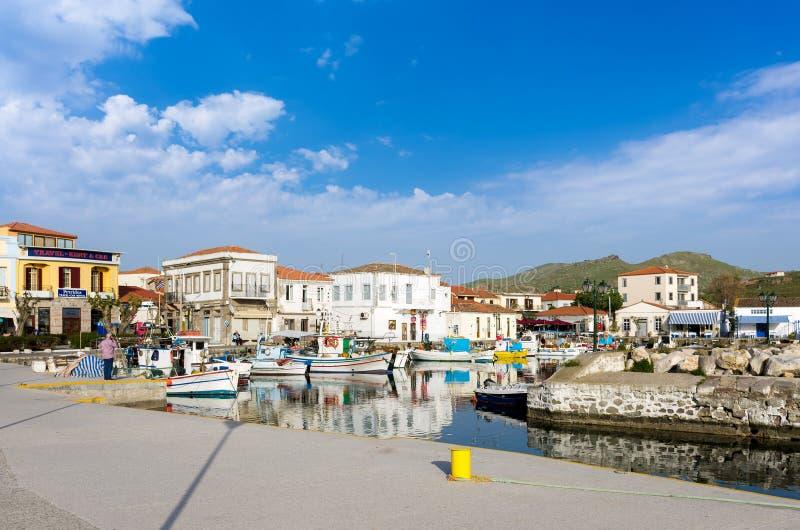 26 april 2019 - Myrina, Lemnos-eiland, Griekenland - bekijkt aan de schilderachtige haven van Myrina, het kapitaal van Lemnos-eil royalty-vrije stock foto's