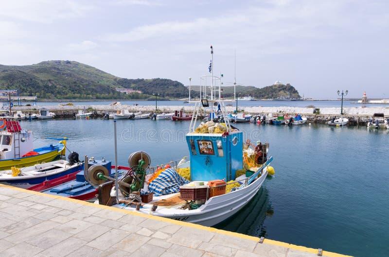 27 april 2019 - Myrina, Lemnos-eiland, Griekenland - bekijkt aan de schilderachtige haven van Myrina, het kapitaal van Lemnos-eil royalty-vrije stock foto