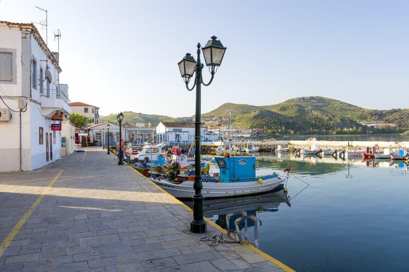 28 april 2019 - Myrina, Lemnos-eiland, Griekenland - bekijkt aan de schilderachtige haven van Myrina, het kapitaal van Lemnos-eil royalty-vrije stock afbeeldingen