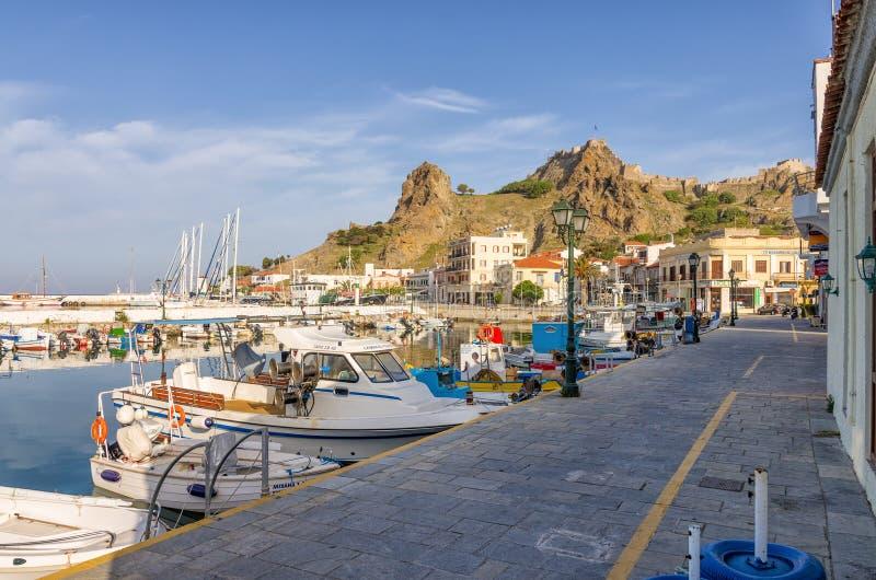 28 april 2019 - Myrina, Lemnos-eiland, Griekenland - bekijkt aan de schilderachtige haven van Myrina, het kapitaal van Lemnos-eil stock foto