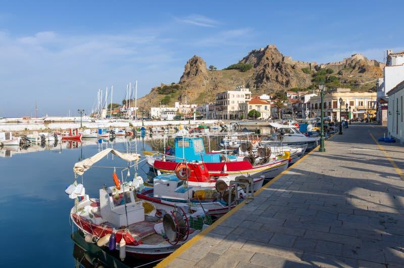 28 april 2019 - Myrina, Lemnos-eiland, Griekenland - bekijkt aan de schilderachtige haven van Myrina, het kapitaal van Lemnos-eil royalty-vrije stock foto's