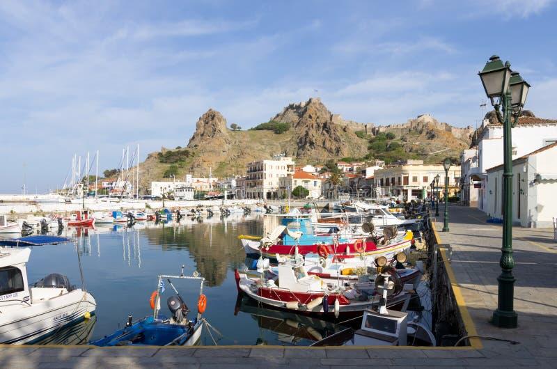 28 april 2019 - Myrina, Lemnos-eiland, Griekenland - bekijkt aan de schilderachtige haven van Myrina, het kapitaal van Lemnos-eil royalty-vrije stock fotografie
