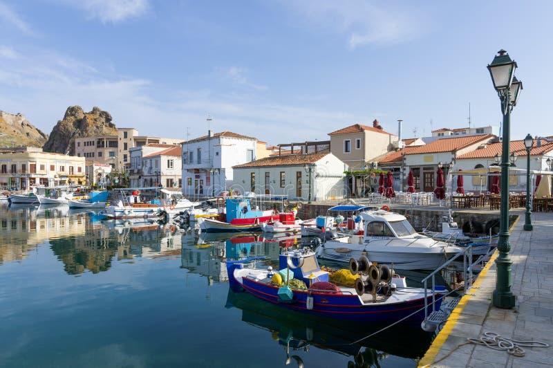 28 april 2019 - Myrina, Lemnos-eiland, Griekenland - bekijkt aan de schilderachtige haven van Myrina, het kapitaal van Lemnos-eil stock afbeelding